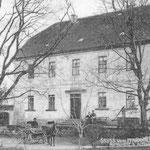 Altes Pfarrhaus mit dem damaligen Pfarrer Engert