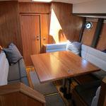 Klappbarer Tisch im Passagemaker Motorboot