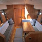 Klappbarer Tisch im modernen Trawler