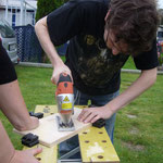Philipp arbeitet an seinem Tischpult.