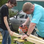 Patric und Philipp bringen die Tischbeine auf die richtige Länge.