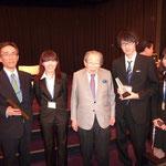 左から 伊藤准教授、上條さん、日野原重明先生、鎌倉さん、吉江さん