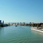 Blick vom Dreilänndereck auf den Rheinhafen Basel
