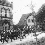 """Schützenumzug vor dem Lokal """"Lindenhof"""" im oberen Moorburg"""