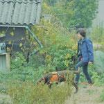 Mirella Manser mit Spürhund Keno