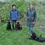 vrnl. Ann Bachmann vom Igelzentrum Zürich mit Igelspürhund Jay, Mirella Manser mit den Spürhunden Keno und Yuma