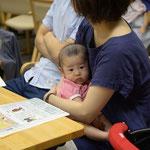 赤ちゃんを抱っこしながら話に聞き入るご家族