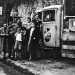 Sur la route de l'évacuation avec un camion de la brasserie Duvieusart. Horace Piret, avec son béret.