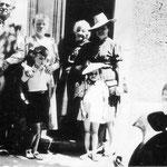 En route vers Mirepoix. Eugène Delattre et Rosa Daue, son épouse. Denise Sanspoux et ses enfants, Jacques et Pol.