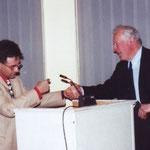 Philippe Sanspoux offre un présent à Jean Detournay, l'initiateur de cet hommage