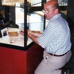 Pol Sanspoux prépare les vitrines