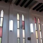 1933年の教会堂献堂当初から2013年まで使用されていたスチールサッシと「キャシードラルグラス」(色付きのガラス)