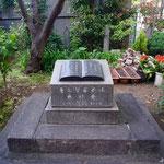 日本基督公会発祥地の石碑(1972年、教会創立100周年の際に設置、台座には関東大震災で倒壊した石造りの小会堂の礎石を使用)