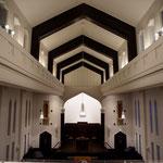 礼拝堂の天井(今回新たに中央吹き抜け部の壁と天井を照射する間接照明を設置)