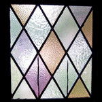 教会堂正面玄関扉のステンドグラス(写真の片側のみ献堂当初のもの)