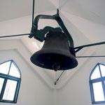 1875年N.Y.製の鐘(関東大震災で倒壊した大会堂時代からのもの、今も礼拝開始の5分前に当時と変わらぬ音を響かせている)