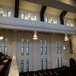 礼拝堂の窓(縦長窓の頂点は三葉形アーチ、吹き抜け部の窓は反り曲線アーチ)