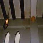 1933年の教会堂献堂当時から1982年まで礼拝堂で使用されていたペンダント照明、礼拝堂のシンプルなデザインの空間にマッチしている、しかしとても暗かった(この建物のためにデザインされたもの)