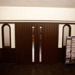 礼拝堂入口扉(両側の窓は献堂当初からの「モロッコグラス」(初期の型板ガラス)、国内での量産は1935年からなので輸入品を思われる)