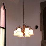 1982年から2013年まで礼拝堂で使用されていたシャンデリア照明、礼拝堂の照度確保のために多灯の装飾過剰気味のものを使用していた(Y社製の既製品)