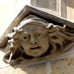Sculture dans l'encoignure de la tour