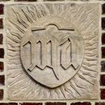 Sculpture sur la tour: MA ou Ave Maria, monogramme de la Vierge et l'omega, signe d'éternité