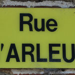 La plaque de rue. Cette rue nous conduit à la croix en tuf