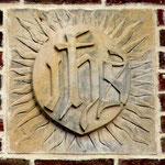 Sculpture sur la tour: monogramme IHS (Jésus en grec)