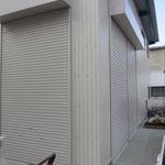 倉庫入り口は大型用と、第2倉庫とつなぐ小型用シャッター2方面