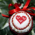 gestickte Weihnachtskugeln