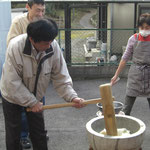 蒸したもち米をまずは施設長がつきます。
