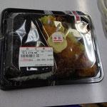 お花見弁当。今回は天候不良のため施設で食べました。