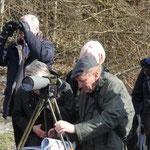 Gerhard Daum beim Richten des Spektivs (Weinreich 2015)