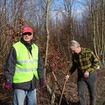 Gert Dreyer und Edwin Strobel beim Errichten des Krötenzaunes. (Weinreich 2015)