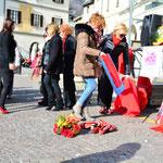 Drappi rossi e scarpe rosse, simboli della lotta contro la violenza sulle donne