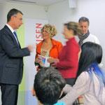da sinistra a destra: Presidente Banca Raiffeisen del Vedeggio Sig. Roberto Rossi, Gloria, Critica dell'Arte Emanuela Rindi, Jean Claude