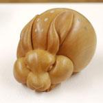 球獣〜兎〜 シャムツゲ・岩絵の具・樹脂 (個人蔵)