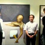 井上画廊での「SOUTH WIND(南風)展」 私(写真右)と日置、井上両先生