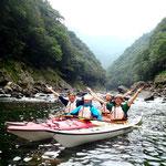 安房川のV字渓谷をバックに記念撮影1