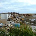 岩子漁港:海のすぐ近くにうず高く積まれた瓦礫