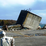 松川浦の港:コンクリート製の給水塔?らしきものが転がる