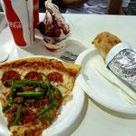 コストコでの昼食(コンボピザ、チキンベイク、ブルーベリーソフト)