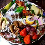 """須崎市ヤマダの皿鉢料理 これは""""組もの""""といって寿司から果物、羊羹まで盛られています。笑 このほか、""""なま""""(刺身盛)や""""すし""""(寿司盛)の皿鉢もあります。"""