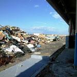 相馬漁協:たくさんの瓦礫の山は今も残る