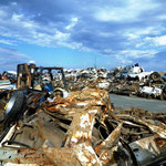 相馬港傍の大破した車置き場:まさに車の墓場