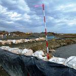 岩子漁港:防波堤も大破し、今は土嚢で波をしのぐ