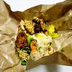 昼食で食べたワルンの弁当。東南アジア料理で防水紙に包んであります。