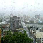 展覧会初日は生憎の台風。写真はかるぽーとから見た鏡川。
