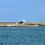相馬港の防波堤:小型漁船が乗り上げたままの状態