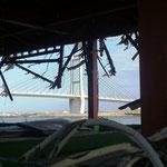 松川浦近くの水産会社建屋:壊れた建屋越しに松川浦大橋が見える